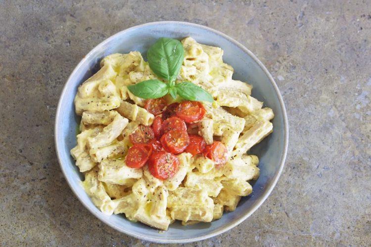 Veganské a zdravé mac'n'cheese z dýně s pečenými rajčátky