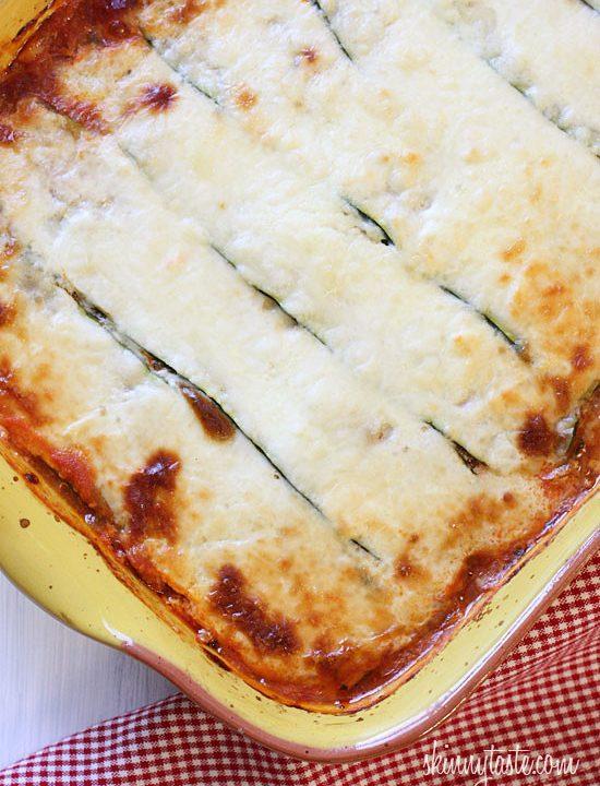 Pečené cuketové lasagne s mletým hovězím, rajčatovou směsí a parmazánem
