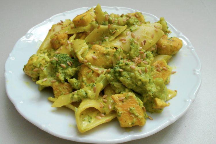 Pikantní kuřecí prso s nivou a brokolicí