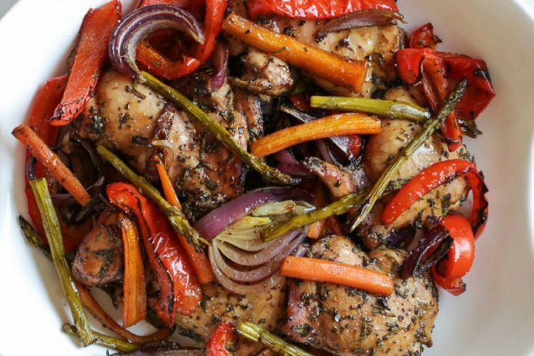 Kuřecí stehna pečená se zeleninou, balsamikem a bylinkami