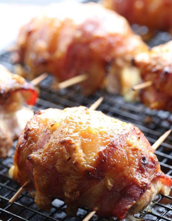 Pikantní kuřecí stehýnka obalená ve slanině