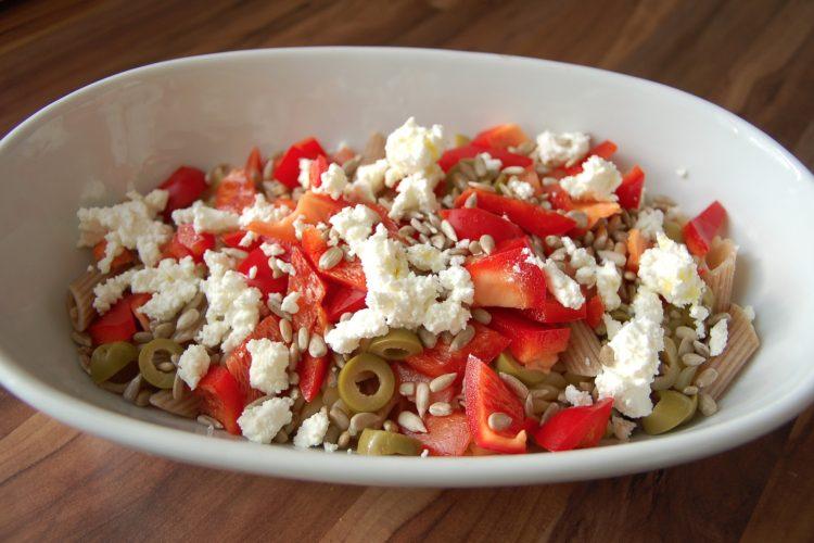 Těstovinový salát s domácím balkánským sýrem
