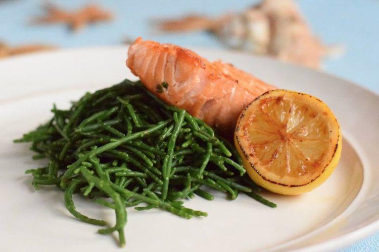 Grilovaný losos s mořskými řasami salicorne.