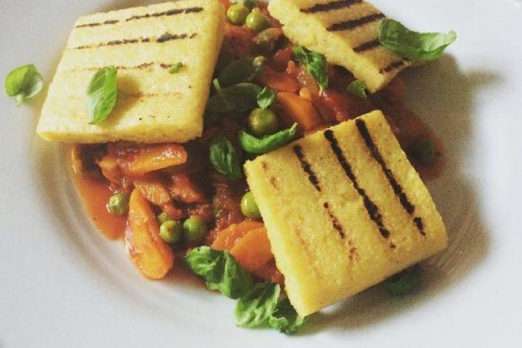 Pikantní rajčatová omáčka s polentovými kostkami