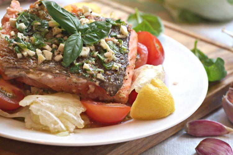 Salmone con salsa di erbe aromatiche