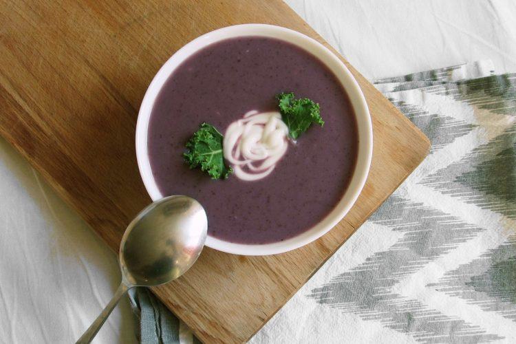 Polévka z červeného zelí a fazolí