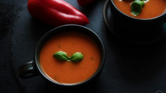Italská polévka z pečených paprik a rajčat